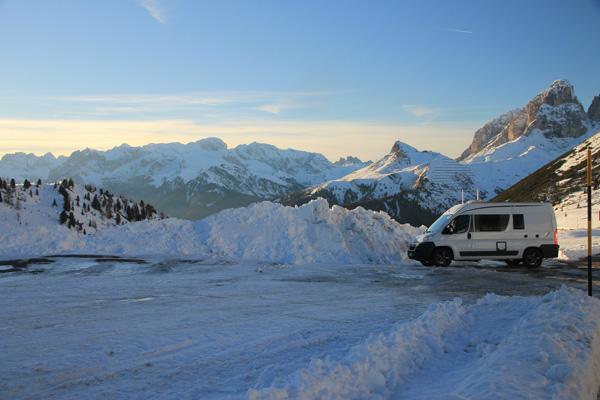Verschnaufpause auf Schnee Passo Pordoi -- 22. November 2014