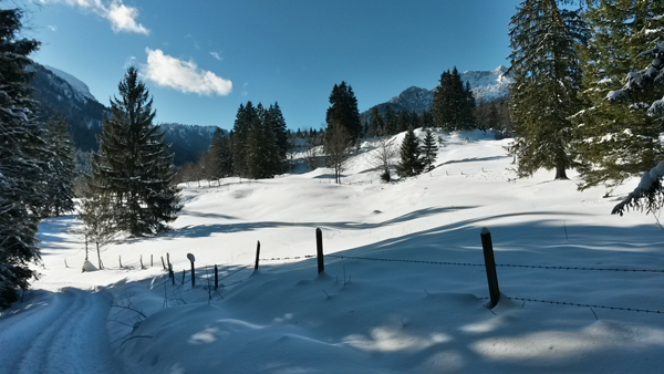 Schneebedeckte Landschaft im oberen Jenbachtal