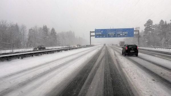 Scheebedeckte Autobahn